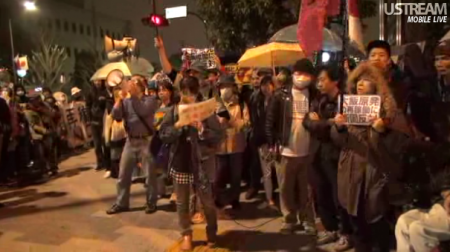 [Live] Police inspector joins anti-nuke demonstration in front of prime minister's official residence