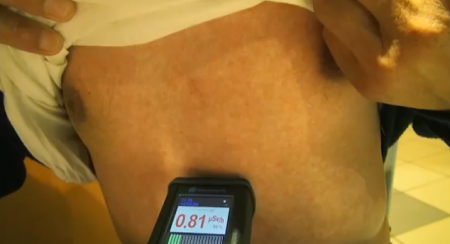 [Video] 0.60~0.80 μSv/h measured from a man in Ibaraki directly on his body