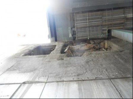"""2 Tepco shoots gunite on reactor4 building wall/ """"Reinforcing bars are exposed to outside to deteriorate."""""""