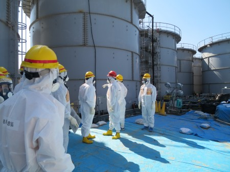 JP PM Abe visited Fukushima nuclear plant with the fully equipped protective clothing