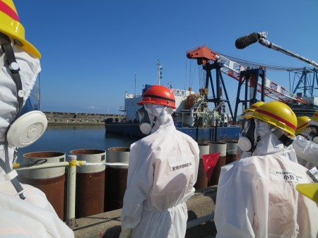 2 JP PM Abe visited Fukushima nuclear plant with the fully equipped protective clothing