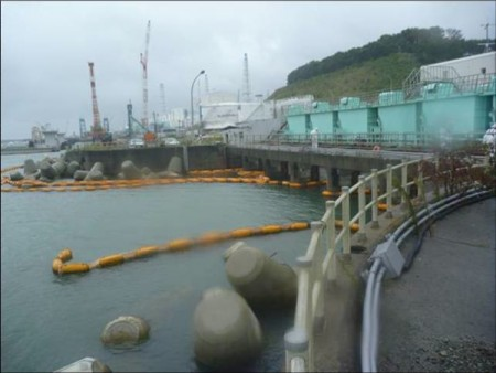 2 Seawater fence for reactor5&6 cut off / Can't fix it due to the high waves for the Typhoon