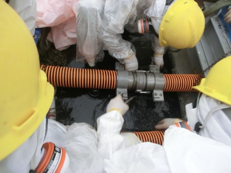 """Exposed worker wore no rubber boots / Photo of the """"leaked"""" hose"""