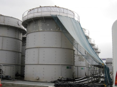 "[Photo] Tepco hung cloth over the tanks / ""Typhoon countermeasures"""