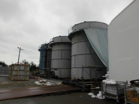 "2 [Photo] Tepco hung cloth over the tanks / ""Typhoon countermeasures"""