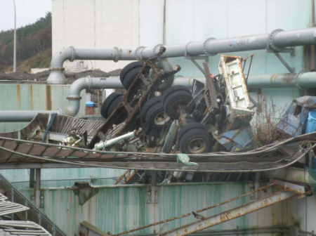 [Photo] Tepco finally started removing the Tsunami debris in plant area, trucks, pipes, etc..