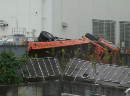 2 [Photo] Tepco finally started removing the Tsunami debris in plant area, trucks, pipes, etc..