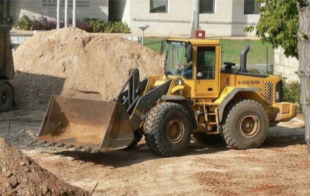 Wheel loader overturned during underground wall construction