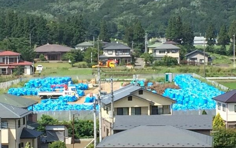 [Photo] Heap of removed soil for decontamination piled up right behind a residential street in Fukushima
