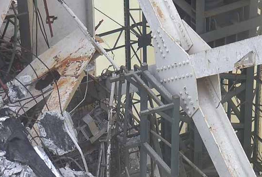 4 Tepco released photos of Reactor 1 : Fuel handling machine hung just above SFP to support