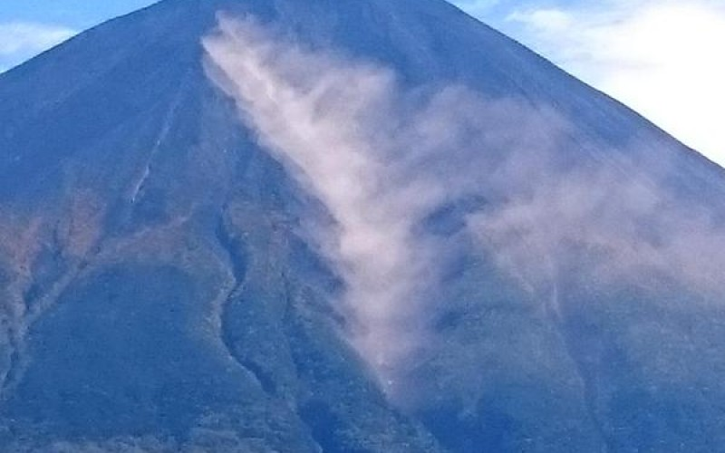 "[Photo] ""White smoke"" came up from the body of Mt. Fuji / Ministry of Land ""Just cloud of dust"""