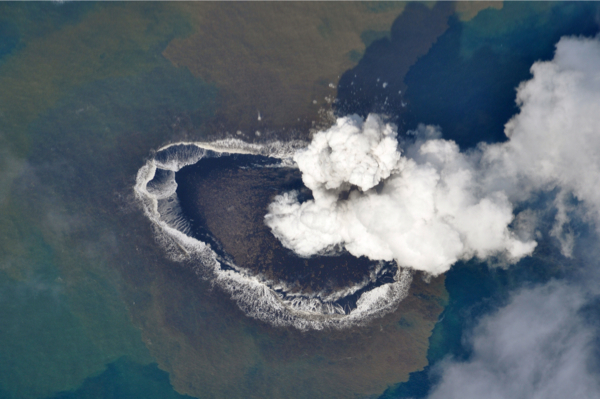 2 New volcanic island appeared in 1,000km south of Tokyo